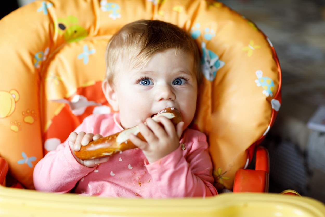 Baby isst Brezel und Laugenstange