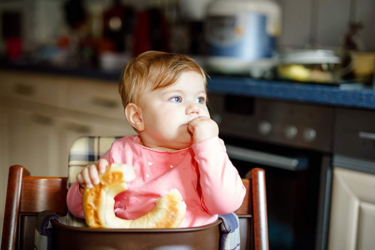 Baby isst Gluten und Weizenprodukt