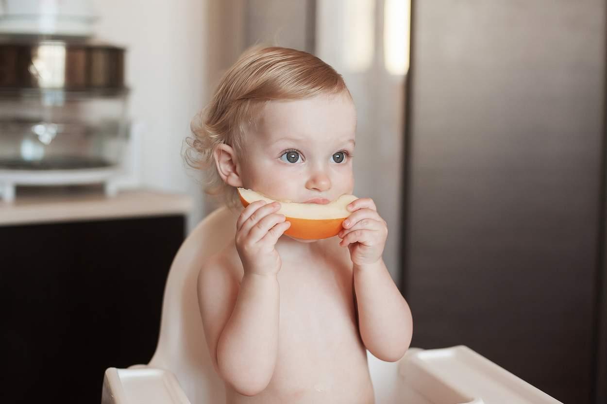 kleinkind-isst-honigmelone
