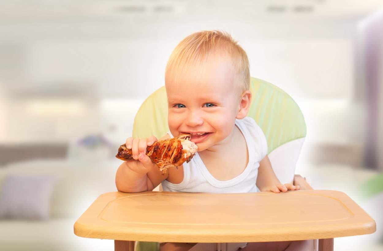 Kleinkind isst Hühnerfleisch