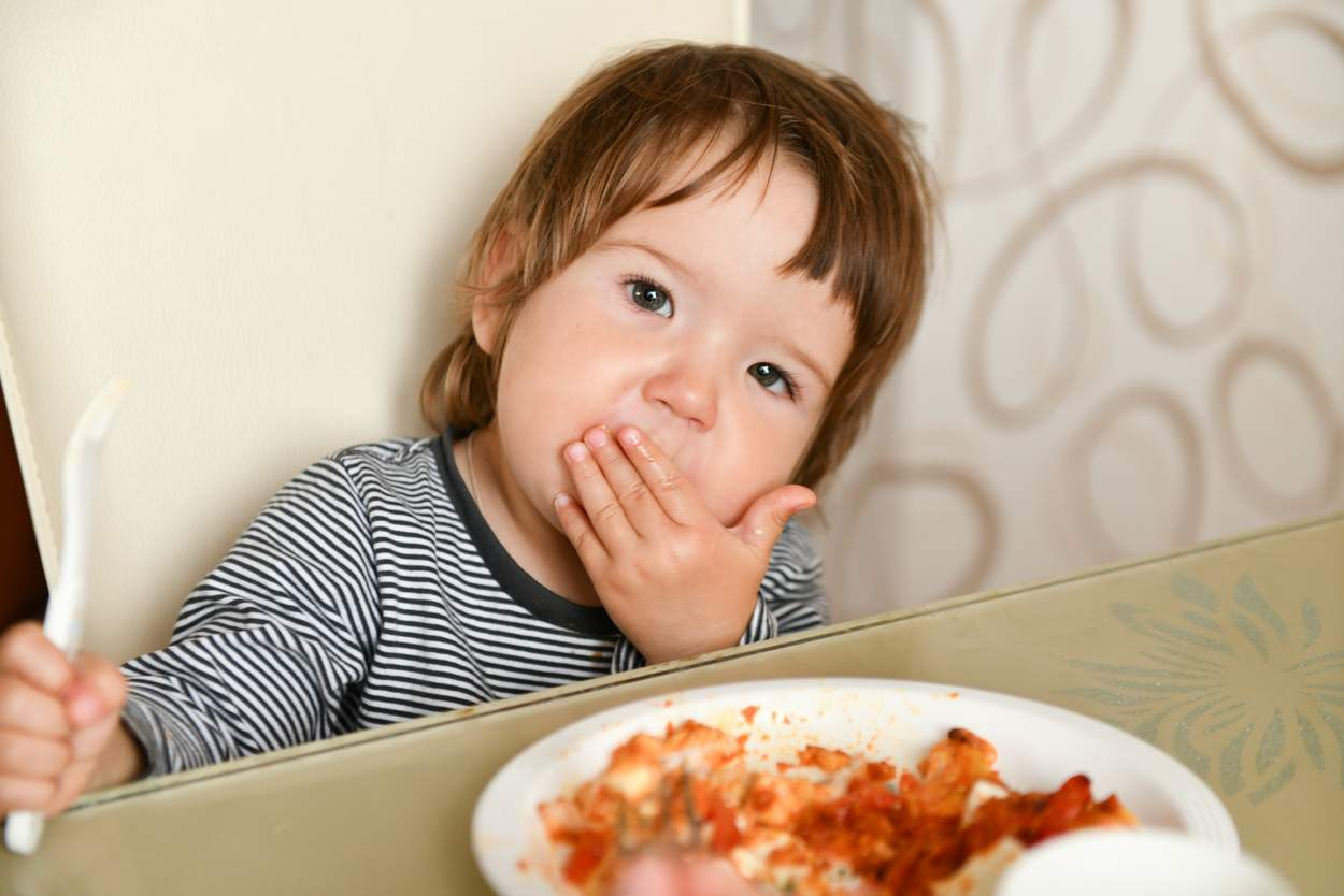 Kleinkind isst Hackfleisch