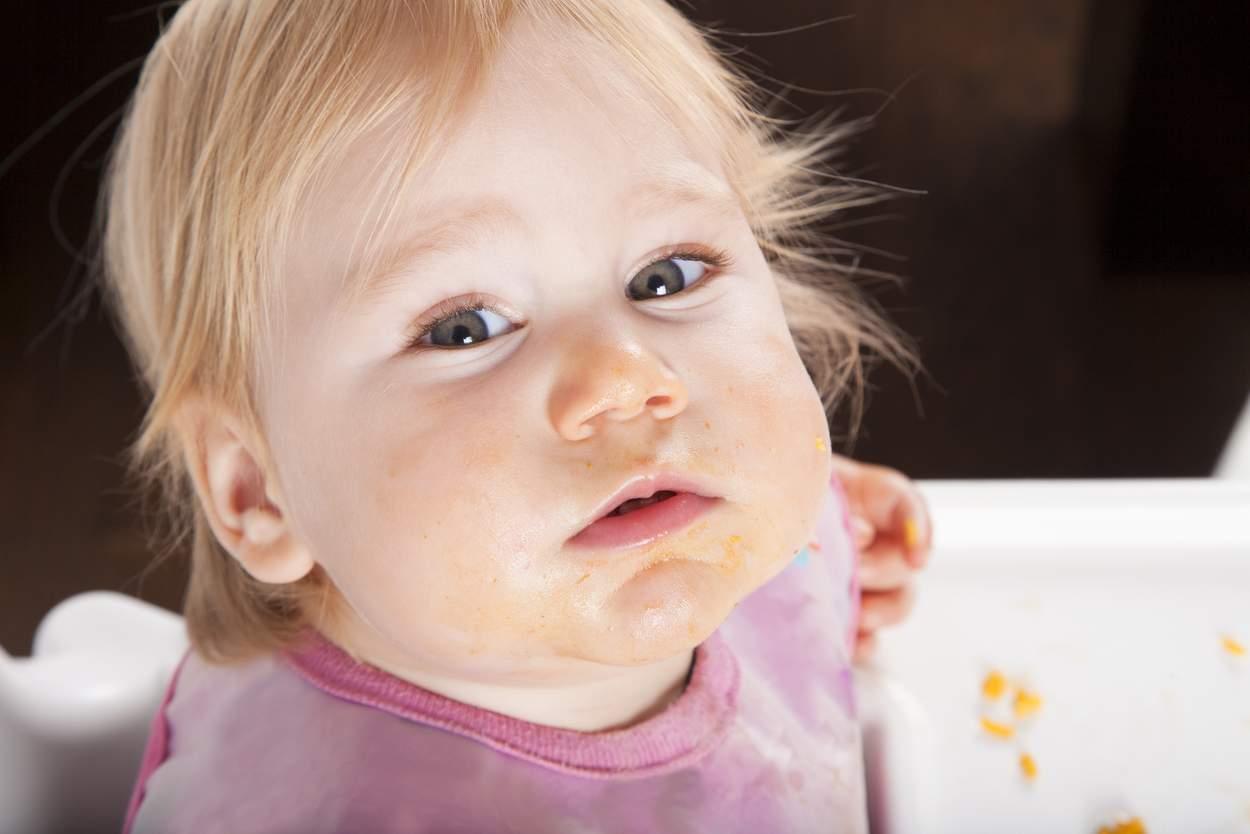 Baby isst Kürbis