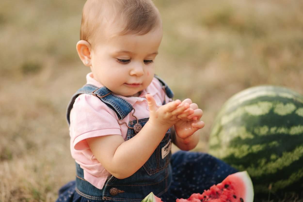 Baby will Wassermelone essen