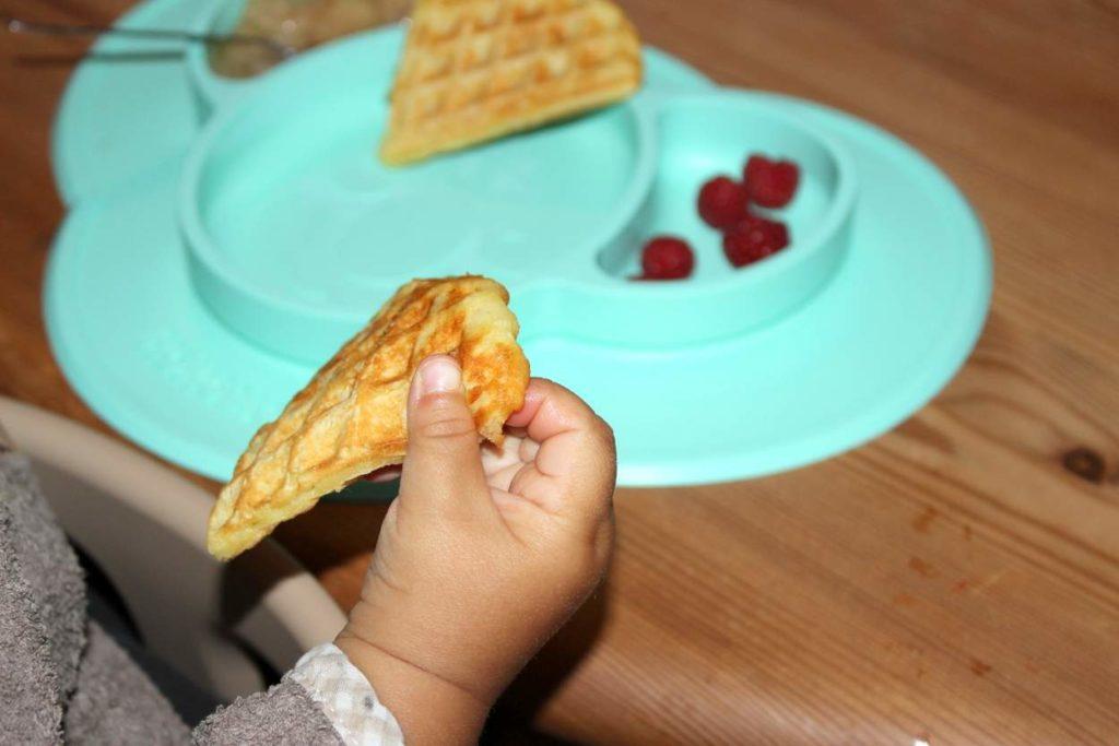 Babyled Weaning Baby isst Waffeln und Himbeeren von Silikon Essmatte von KOKOLIO