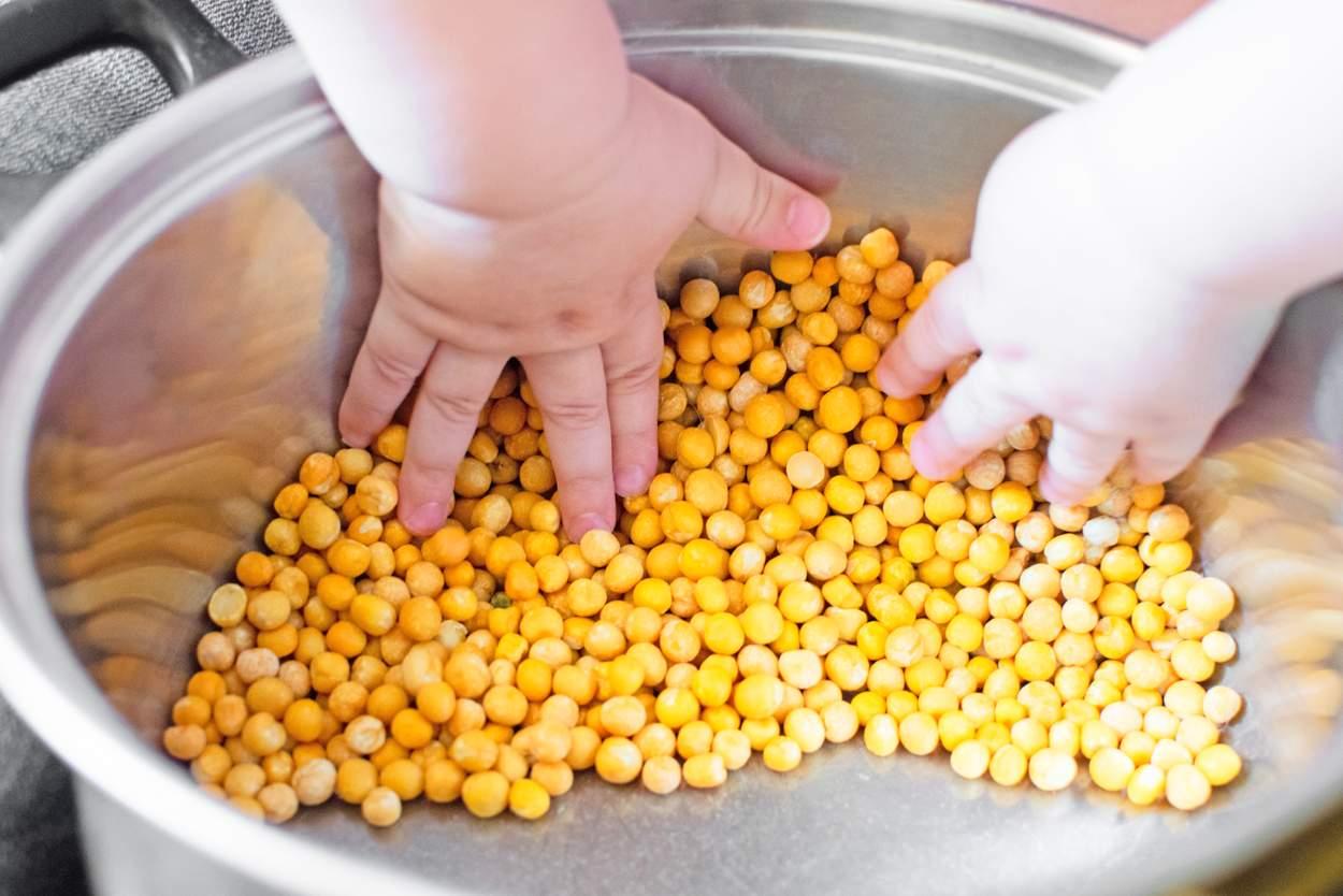 Baby will Kichererbsen essen