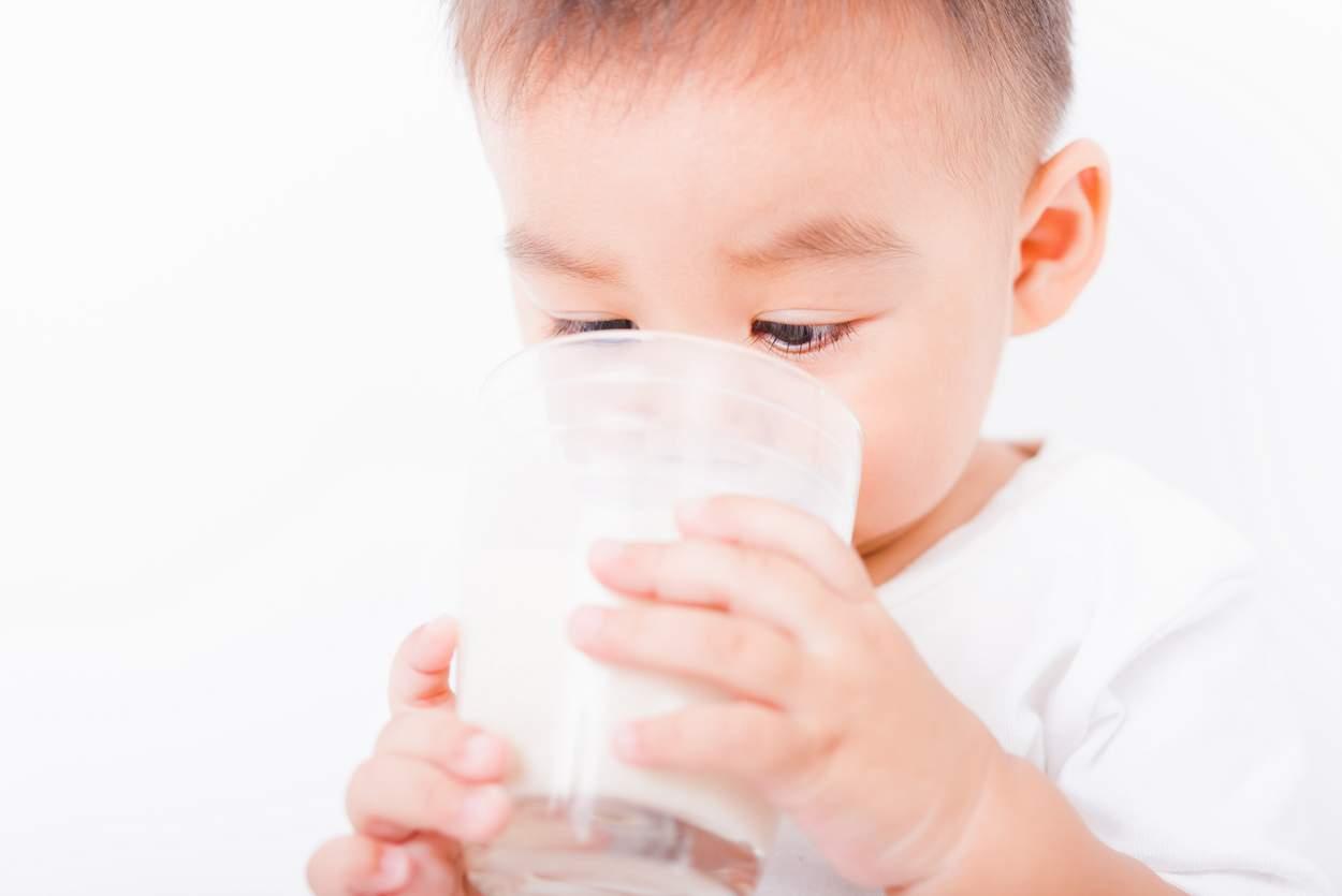 Baby will Tee und Wasser trinken