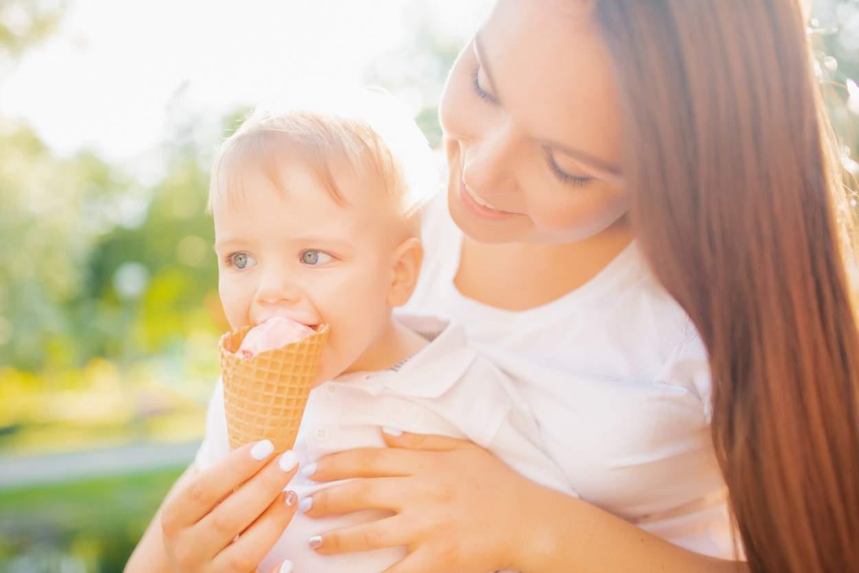 Baby will Eis mit Zucker essen