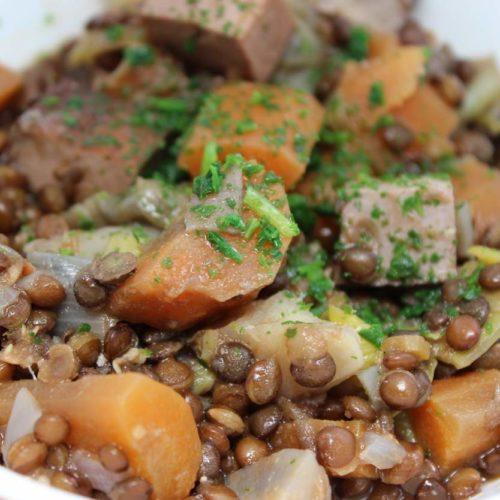veganer-linseneintopf-mit-belugalinsen-und-räuchertofu