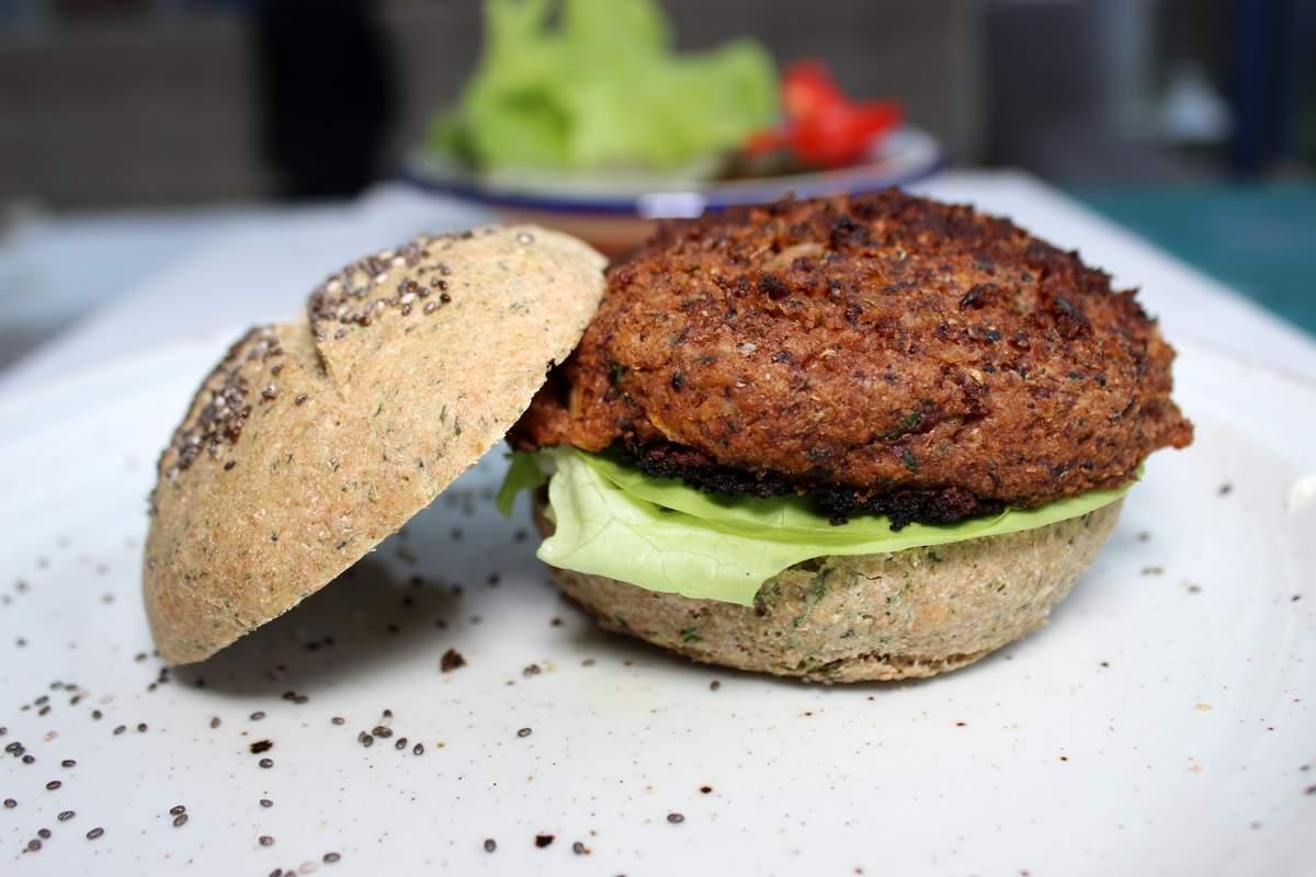 vegane quinoa burger mit bohnen